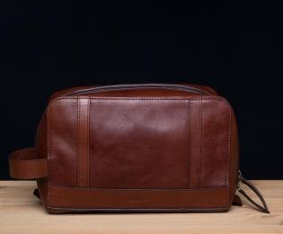<h5>8707 06</h5><p>Kulturtasche in mocca und sattel. 24 x 11 x 15 cm. Ausstattung:  RV-Hauptfach mit 4 elastischen Steckfächern  und mit Trageschlaufe</p>