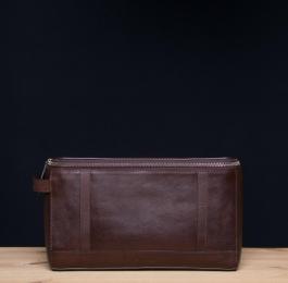 <h5>8702 06</h5><p>Kulturtasche in mocca und sattel. 27,5 x 11,5 x 16 cm. Ausstattung:  RV- Fach auf Rückseite, RV-Hauptfach mit 5 elastischen Steckfächern, Steckfach , Aufhänger und mit Trageschlaufe</p>