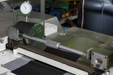 <p>An der Schärfmaschine werden manche Einzelteile  verdünnt.</p>