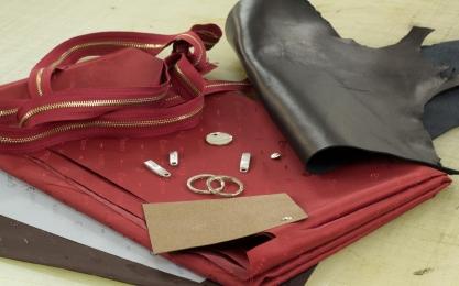 <p>Weitere Zutaten, wie Futter, Einlagematerial und Metallteile (Knöpfe und Reißer) werden ausgesucht.</p>