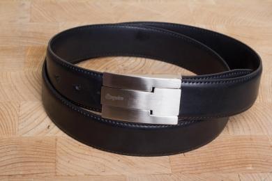 """<h5>2071 35</h5><p>Gürtel """"Roma"""" in schwarz. 3,5 cm breit und bis 115 cm Länge verfügbar. Ausstattung: Bombiert,  einfach gesteppt und kürzbar</p>"""