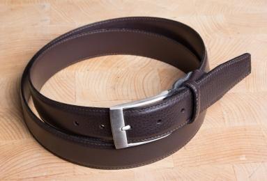 <h5>2032 35</h5><p>Made in Germany Gürtel Hirschoptik in schwarz. 3,5 cm breit und bis 115 cm Länge verfügbar. Ausstattung: Bombiert, einfach gesteppt und kürzbar</p>