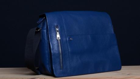 <h5>8826 79</h5><p>Messenger Querformat in schwarz, braun, orange und blau. 35 x 28 x 10 cm. Ausstattung: Überschlag mit Steck-und RV-Fach, RV-Fach hinten, RV-Hauptfach mit Laptopfach,  2 Steckfächern, 2 Frontsteck- und 1 RV-Fach und mit verstellbarem Schulterriemen</p>